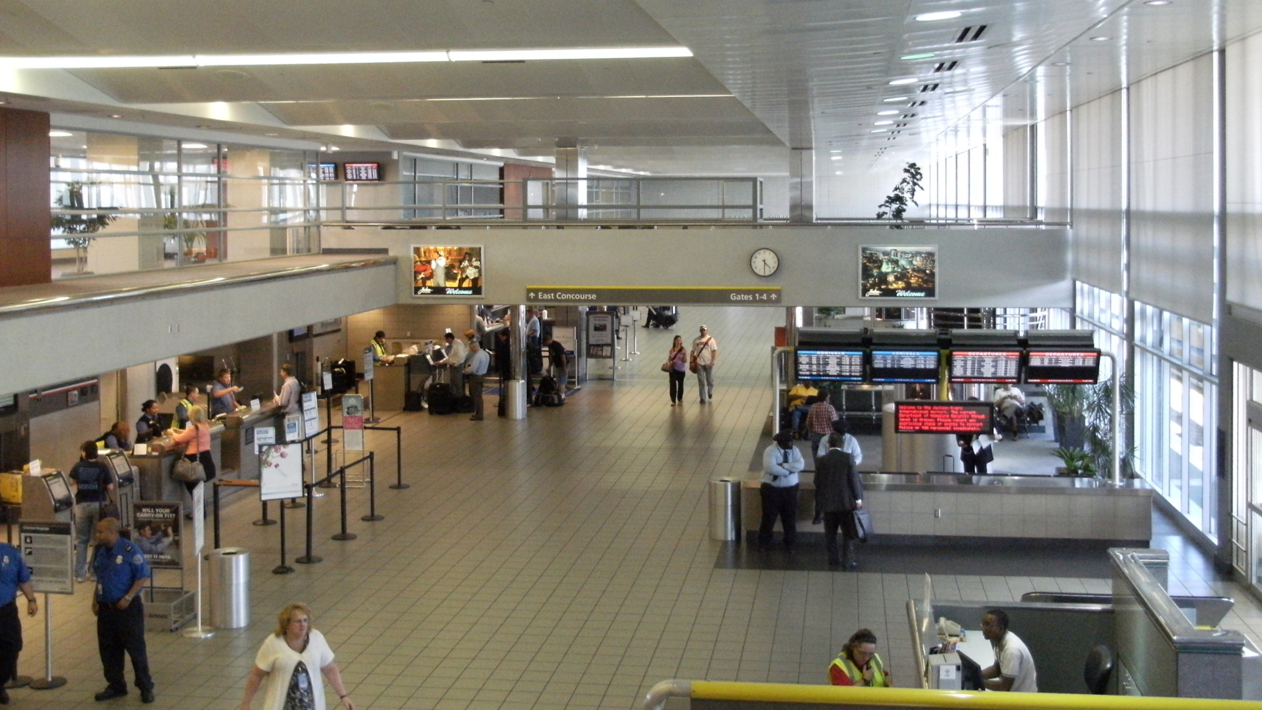 Jackson_Intl_Airport_main_departures_and_ticketing_hall_Sept_2010_403579
