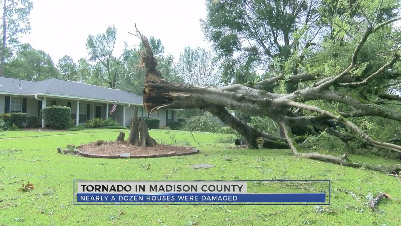 Neighbors_clean_up_after_tornado_strikes_0_20180818234732
